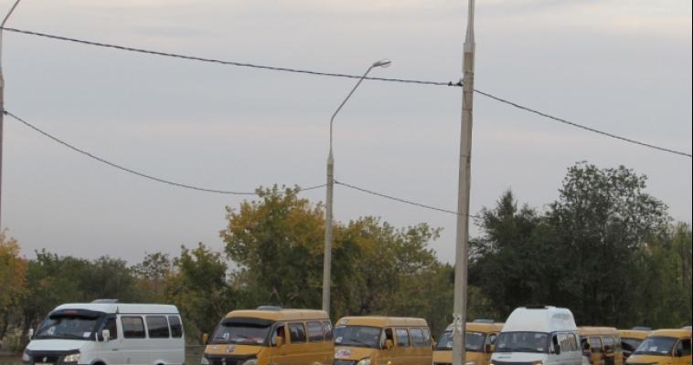 Водители «маршруток» везут людей стоя и на «красный свет»