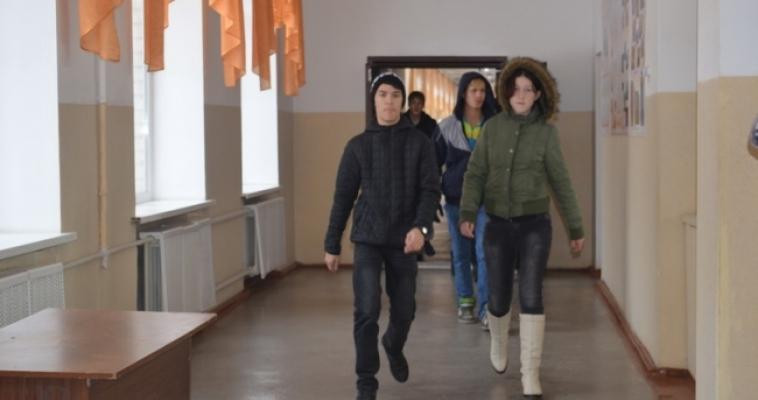 Как только зазвучала пожарная сигнализация, в коридорах с разных сторон показались дети и персонал