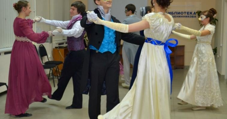 Гадания, танцы и дуэли. В Магнитогорске во второй раз состоялся «Маскарад»