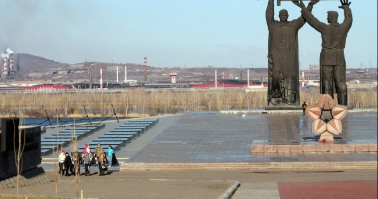 Чиновники на субботнике нашли два туалета в парке Победы