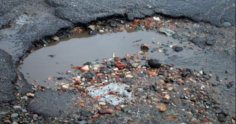 Машина для ямочного ремонта залатала дыры на центральных улицах