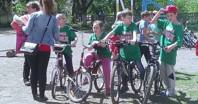 Школьники Магнитки выяснили, кто лучше знает ПДД и аккуратнее управляет велосипедом