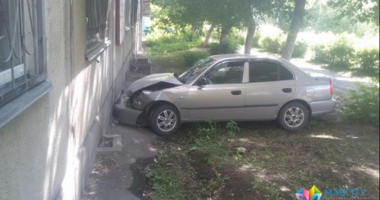 Водитель на иномарке въехал в жилой дом