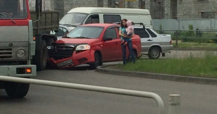 Женщина за рулём иномарки не разъехалась с КамАЗом
