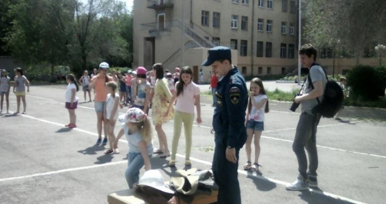 Игры и профилактика. Огнеборцы окатили детей из пожарного рукава