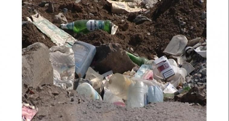 Коммунальные службы во время не убрали, горожане еще больше мусора накидали