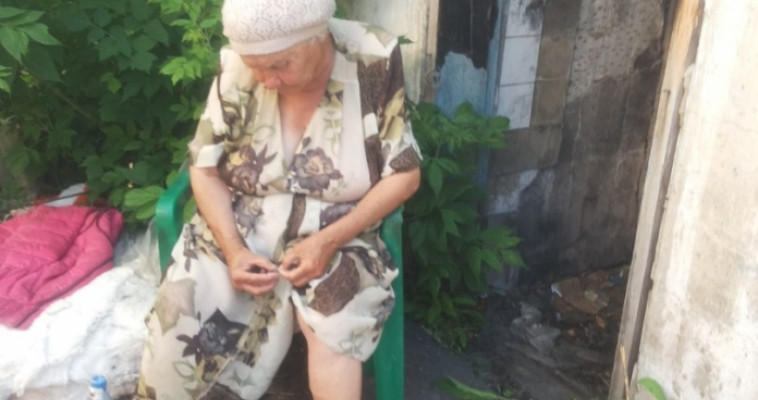 Среди мусора и грязи, без окон, без дверей. В таких условиях вынуждена жить 72-летняя пенсионерка