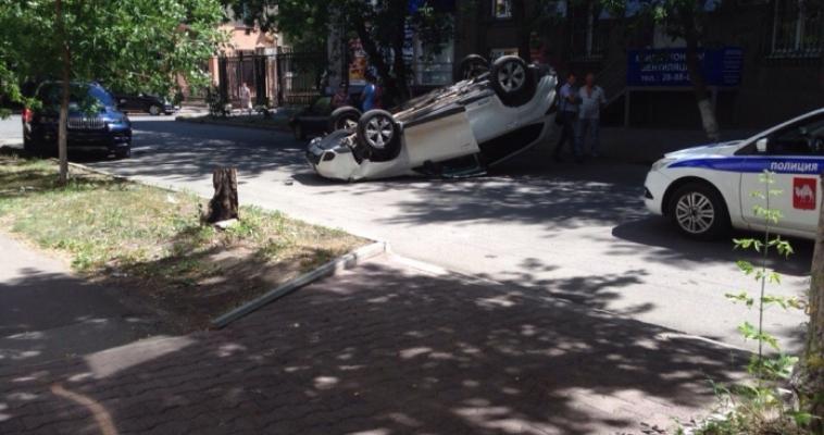 На Калинина перевернулся автомобиль