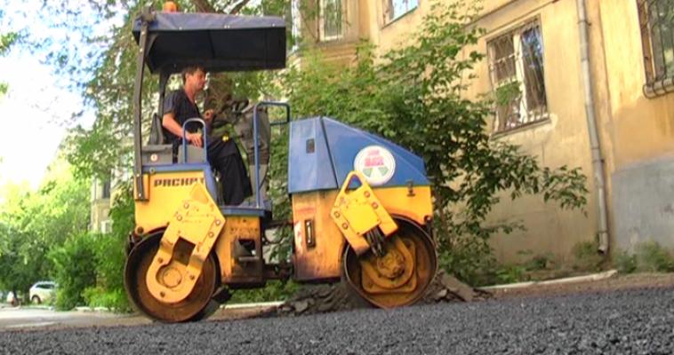 Катки и самосвалы заходят во дворы. В Магнитогорске продолжается внутриквартальный ямочный ремонт