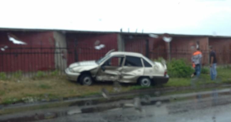 В результате ДТП одну машину выбросило на газон, другую – на рельсы