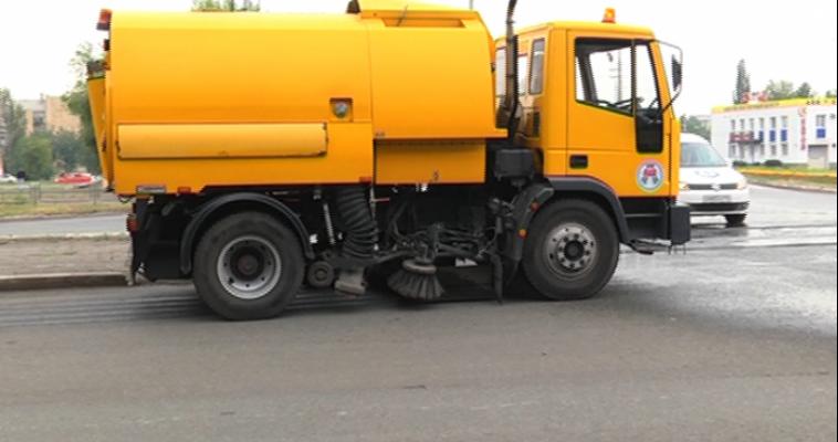 И моют, и чистят, и метут. Каждую неделю с магнитогорских дорог вывозят более 500 тонн мусора