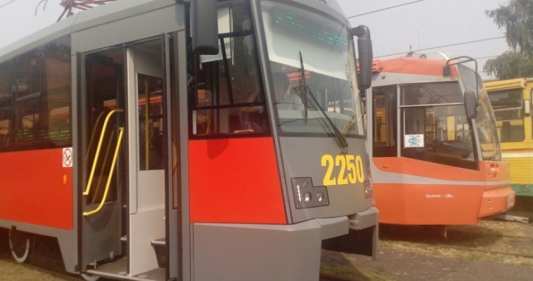 Магнитогорские ВИПы первыми оценили трамвай с ксеноновыми фарами