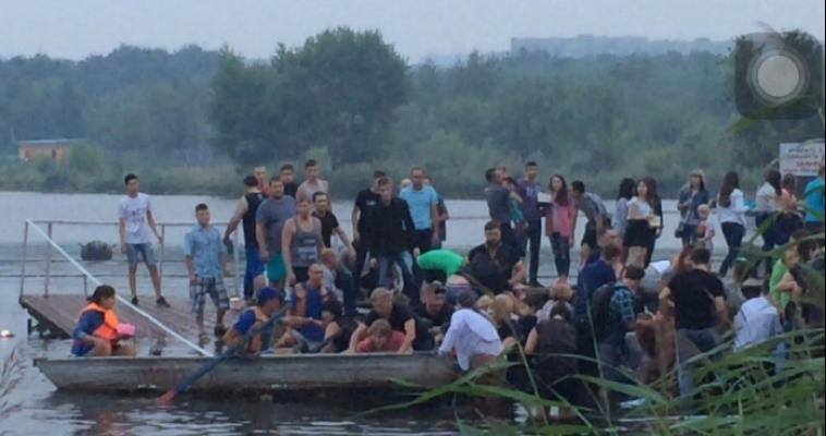 На Фестивале фонариков в парке рухнул понтон. Люди оказались в воде