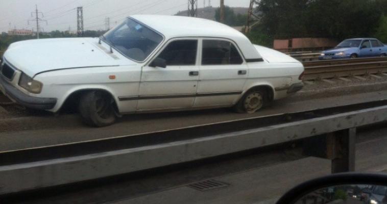 На мосту автомобиль перелетел через рельсы