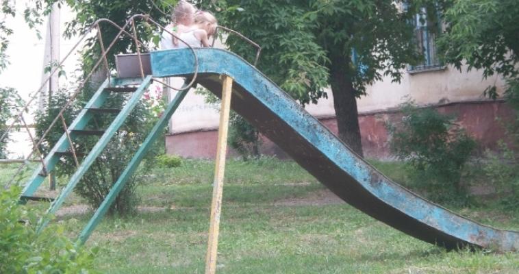 Детские площадки области не соответствуют нормам и опасны для детей