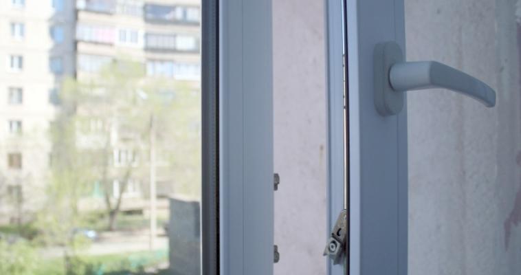 Еще один! Четырехлетний ребенок выпал из окна многоквартирного дома