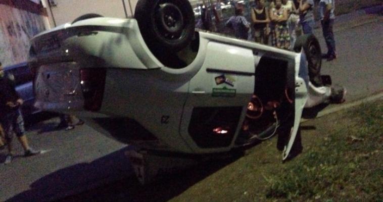 «Снес две машины и перевернулся». Водитель такси устроил ДТП на улице Завенягина