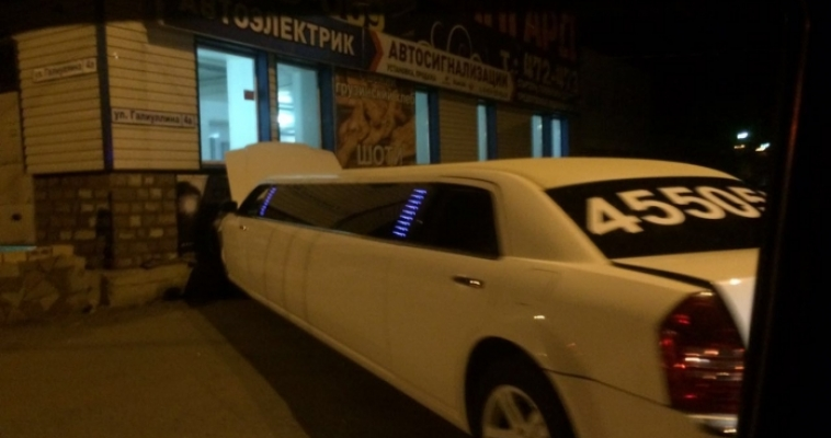 На улице Галиуллина лимузин попал в ДТП