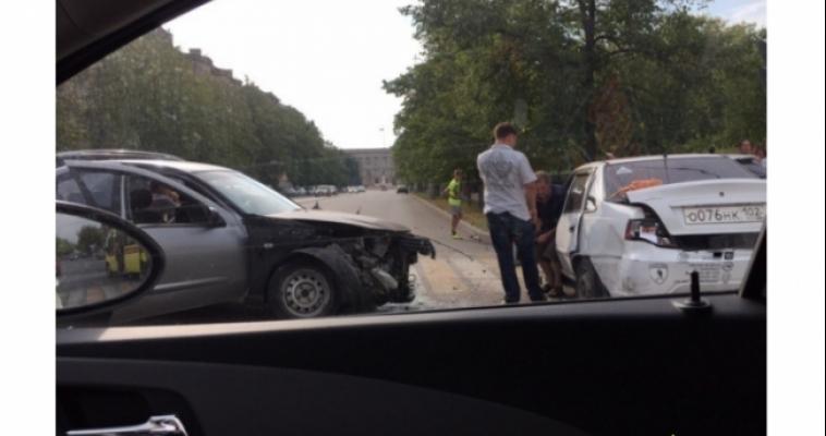 В ДТП возле парка Металлургов пострадали три человека