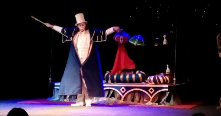 Фойе театра куклы и актера вновь озарилось детским смехом