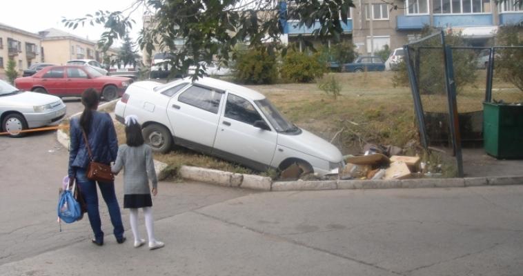 «Сначала в «мусорку», потом в ДТП». В одном из кварталов города произошла необычная авария