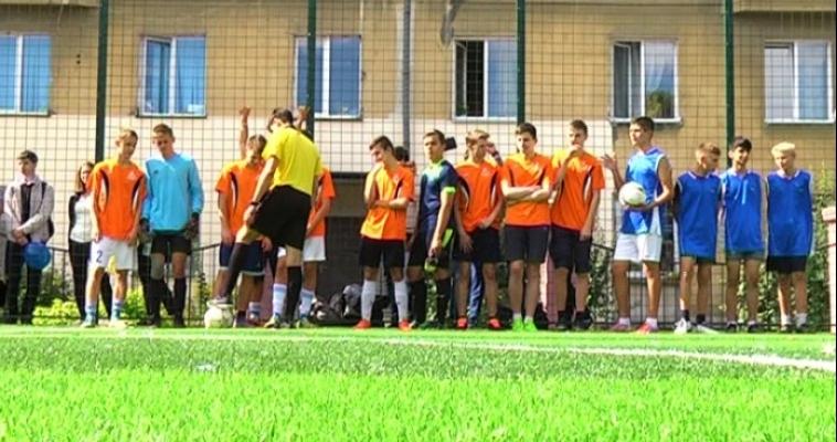 Искусственное не всегда плохо. Гимназия №53 получила новое поле для мини-футбола