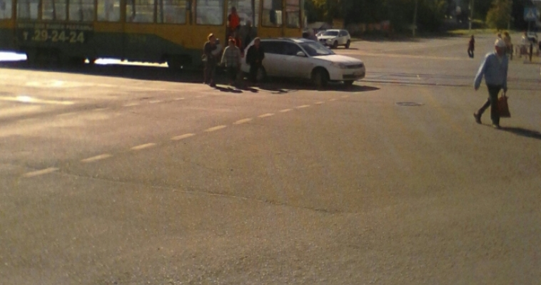 ДТП на цирке. Легковой автомобиль не поделил дорогу с трамваем