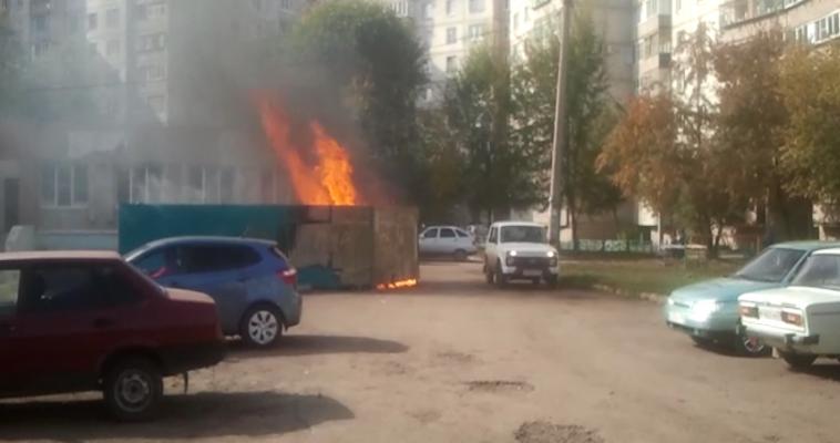ВИДЕО: «Пожар в три этажа» в одном из кварталов города