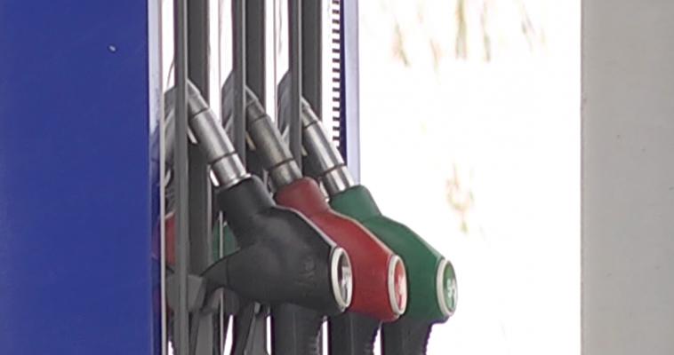 Снизились цены на бензин и дизельное топливо
