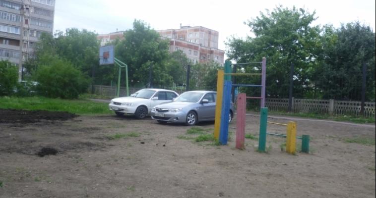 Парковки на газонах и детских площадках: есть ли выход?