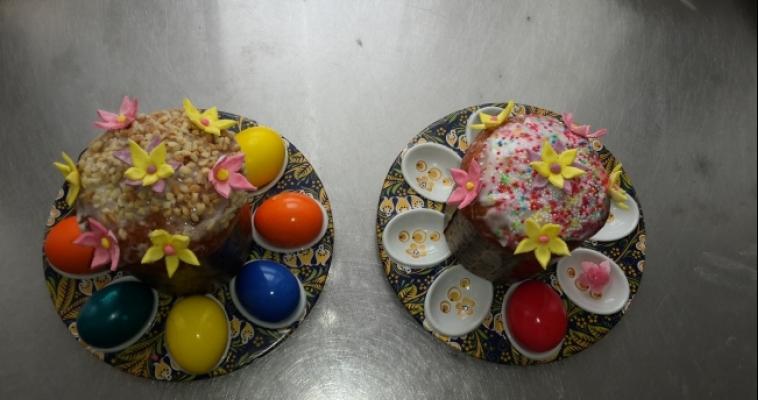 Время печь куличи и красить яица