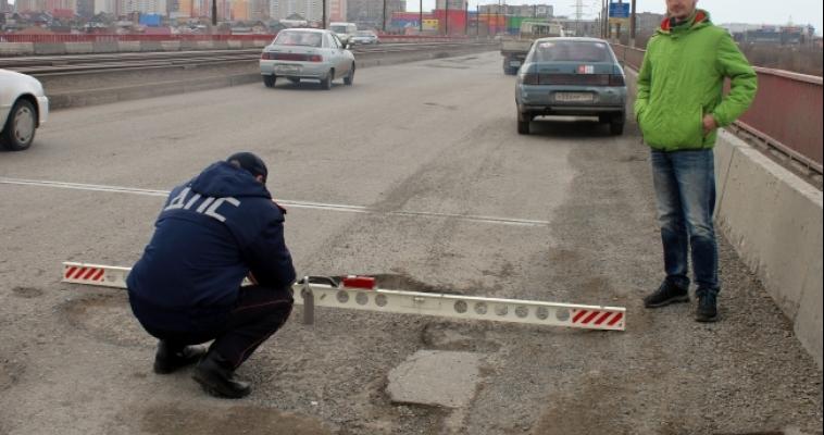 Для измерения глубины ям на магнитогорских дорогах не хватает шкалы специальной линейки