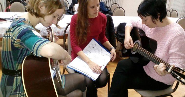 Бесплатно учат играть на губной гармошке и саксофоне