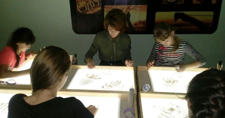 Магнитогорцев учат создавать песочные картины