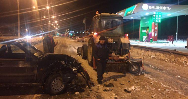 Автомобиль врезался в снегоуборочную технику