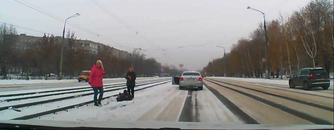 ВИДЕО: Иномарка сбила мужчину на пешеходном переходе