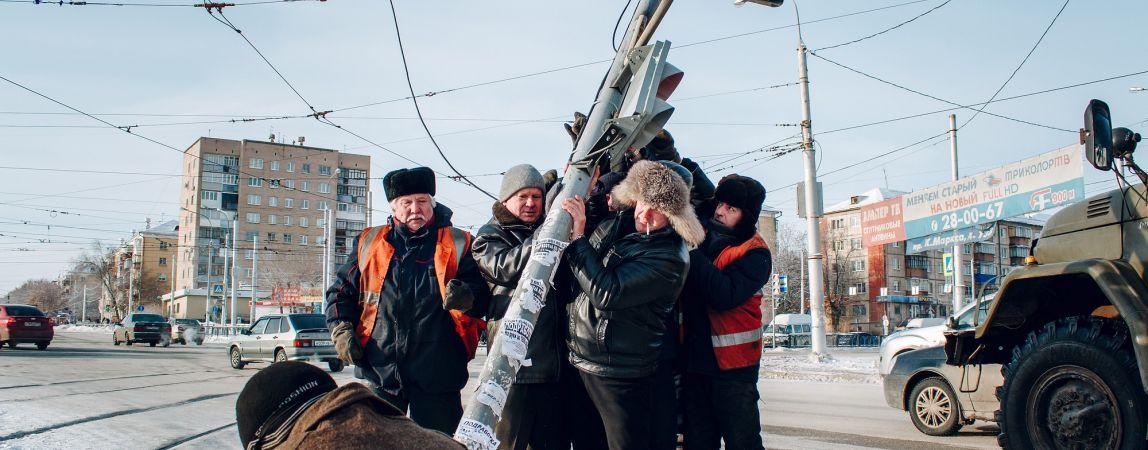 На Юности трамвай врезался в светофор. Последний оказался на земле