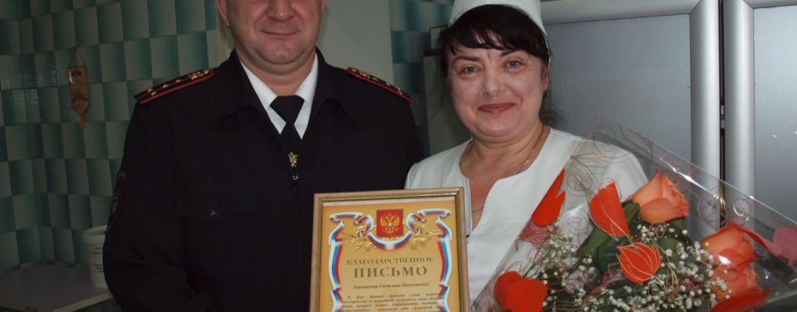 Сотрудники ГИБДД поздравили матерей своих сослуживцев