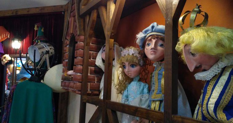 Здесь можно трогать все. Сегодня в театре Буратино прошла первая экскурсия по музею «Закулисье»