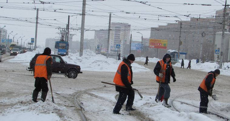 Коммунальщики и снег вывозят, и дороги посыпают. А предпринимателей заставлять приходится
