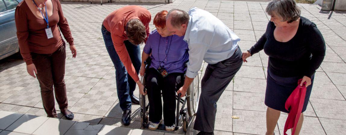 Доступная среда вроде и есть, но ее как бы нет... Глава города уверен, для инвалидов нужно делать больше