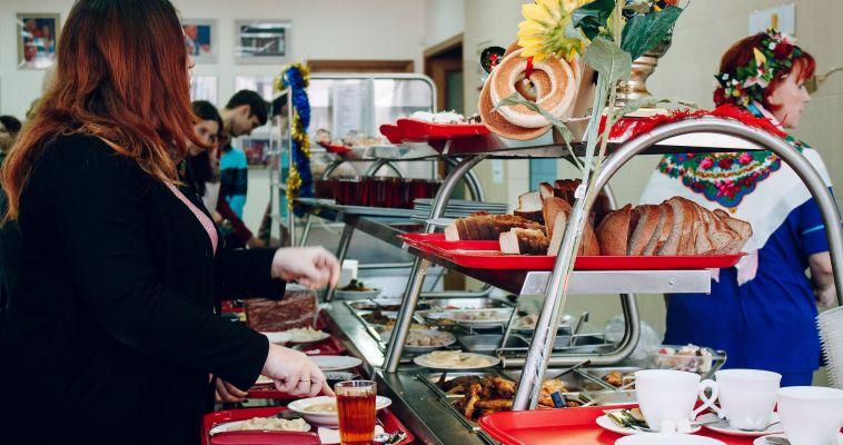 У чиновников необычный обед, или Дружба народов мира в столовой администрации города