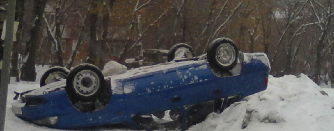 На перекрёстке Суворова и Гагарина перевернулся автомобиль