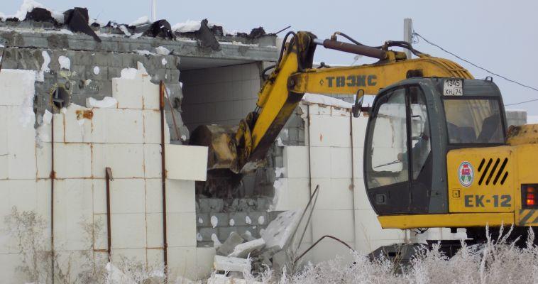 Власти разрушили незаконную автомойку-дом в Западном