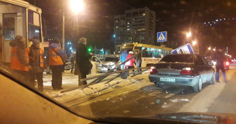 Автомобиль вылетел на трамвайные пути на Курортной поликлинике
