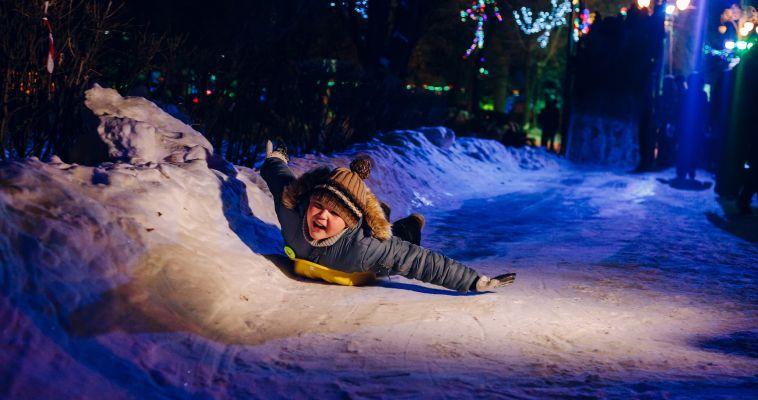 Елка искусственная, праздник настоящий! В сквере Металлургов начал работу ледовый городок