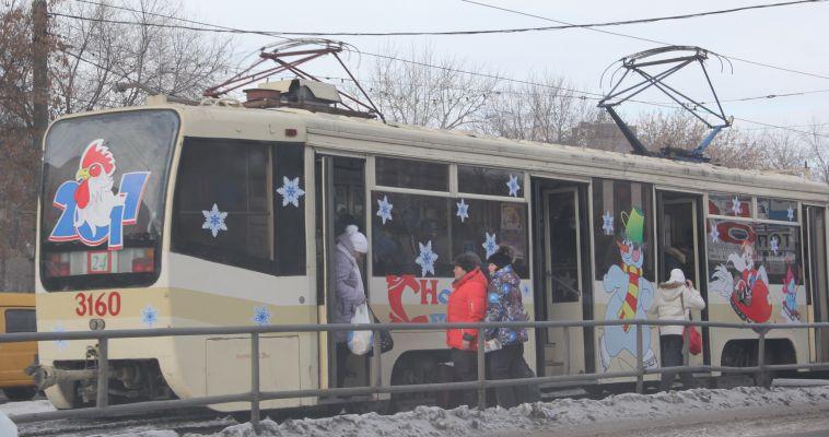По городу курсируют новогодние трамваи