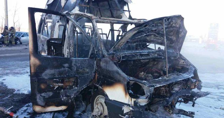 В Магнитогорске «Газель»  вспыхнула от удара другого автомобиля. Фото