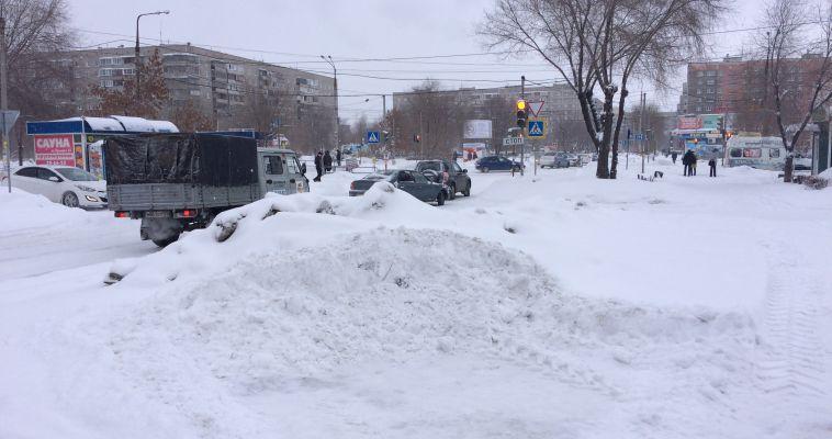 ДСУ бросились расчищать снежные завалы на дорогах