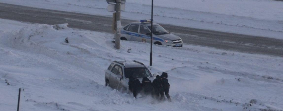Автомобиль застрял в снегу. Полицейские пришли на помощь